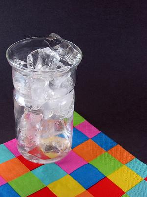 """自宅でもできる、""""透明な美味しい氷・バーで見かける丸い氷""""の作り方"""