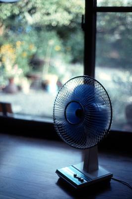 「扇風機」を上手に使って、エアコンなしでも涼しく過ごそう