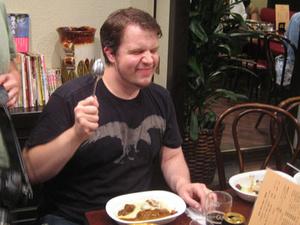 ゴーゴーカレーの米国人記者来日「カレーにピザを漬けて食べた」