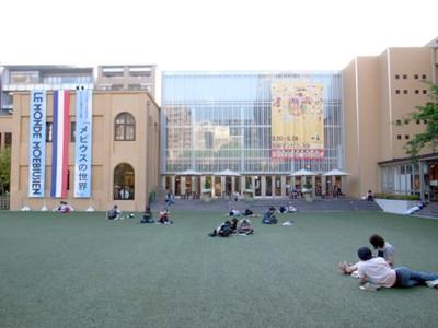 芝生に寝転がってマンガを読める、「京都国際マンガミュージアム」に行ってきた