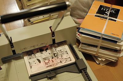 本の整理、電子書籍の自炊に レンジやカッターでできる「本のばらし方」