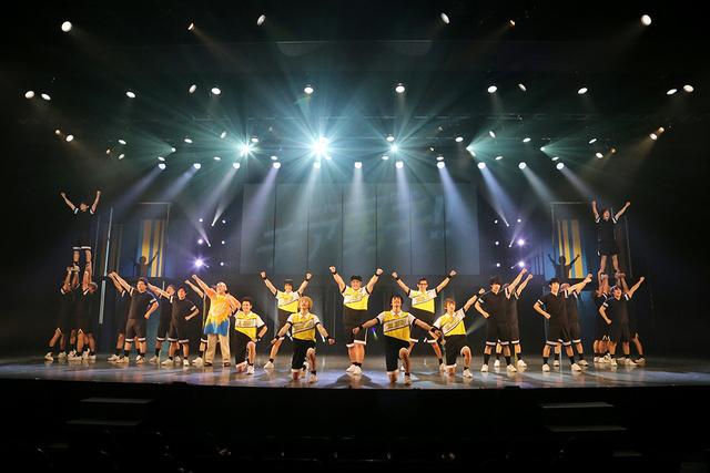 キャストと観客がエールを送り合う「チア男子!!」開幕 朝井リョウさんの同名小説を舞台化