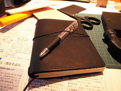 余った紙袋やクリアファイルでも簡単に!「ブックカバー」の作り方